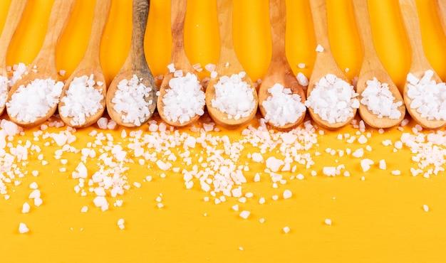 Sól morska na drewnianych łyżkach