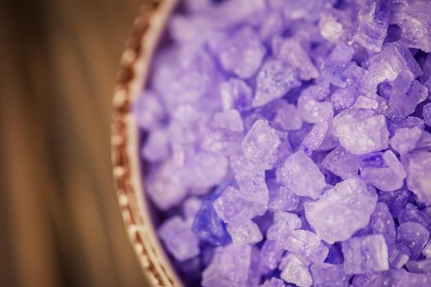 Sól morska o zapachu lawendy. kryształy soli morskiej. miska z solą morską