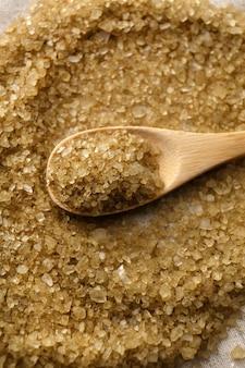 Sól morska w drewnianej łyżce