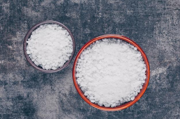 Sól morska w dużych i małych miskach
