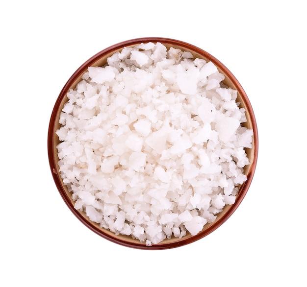 Sól morska w misce na białej powierzchni
