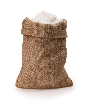 Sól morska w worku jutowym na białym tle