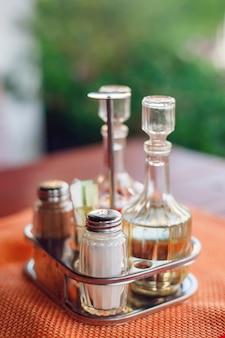 Sól, pieprz, oliwa z oliwek i ocet. przyprawy w restauracji, zbliżenie