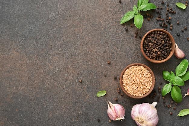 Sól, pieprz, świeża bazylia na betonowym tle. widok z góry.