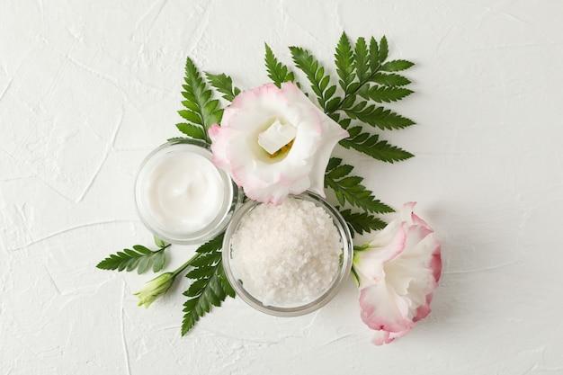 Sól, śmietanka i kwiaty na białym tle, przestrzeń dla teksta