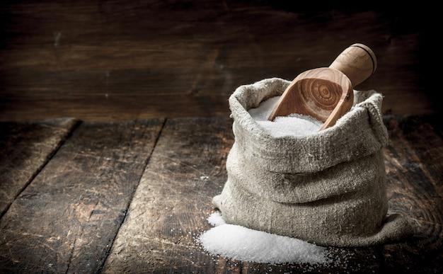 Sól w drewnianej łyżce