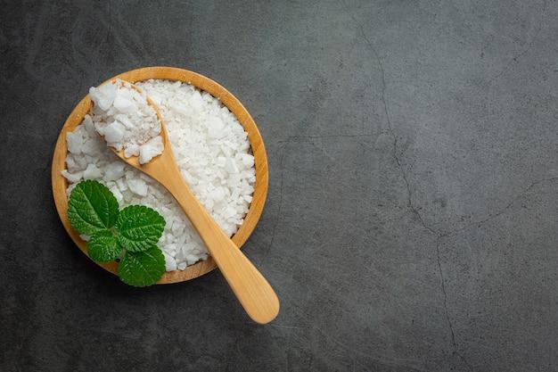 Sól w drewnianym talerzu