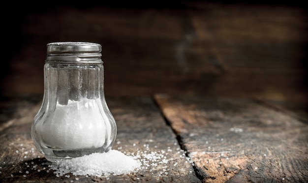 Sól w solniczce. na drewnianym stole