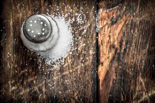 Sól w solniczce. na drewnianym tle