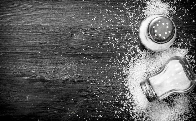 Sól w szkle. na czarnej tablicy.