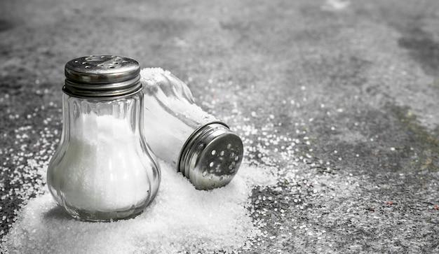 Sól w szkle. na rustykalnym stole