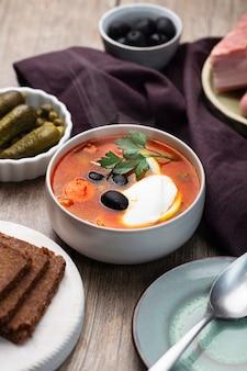 Solanka, rosyjska zupa z kiełbasą, oliwkami, ogórkiem kiszonym i kaparami