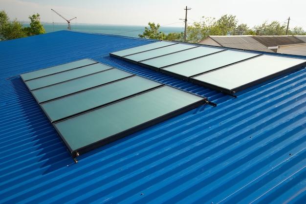 Solarny system ogrzewania wody na dachu domu.