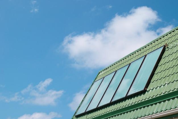 Solarny system ogrzewania wody na dachu.