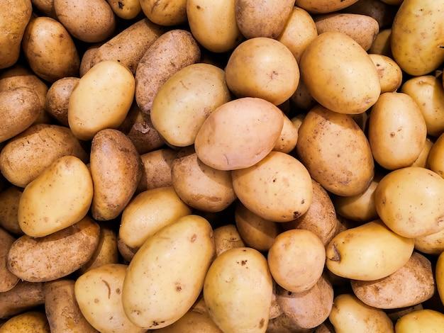 Solidne tło nieobranych ziemniaków na rynku.