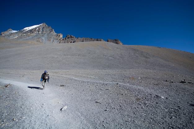 Solo trekker na górze z przyrodą