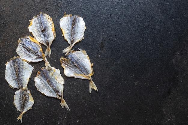 Solona ryba mała suszona suszona na słońcu lub wędzona przekąska na stole skopiuj tło żywności