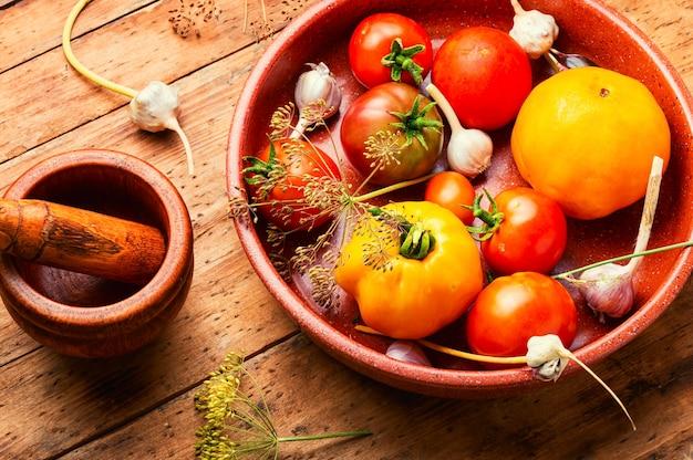 Solone domowe pomidory.proces gotowania.pomidor w puszkach.marynowane warzywa.przygotowanie do marynowania pomidorów