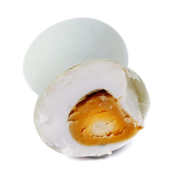 Solone jajko na białym tle