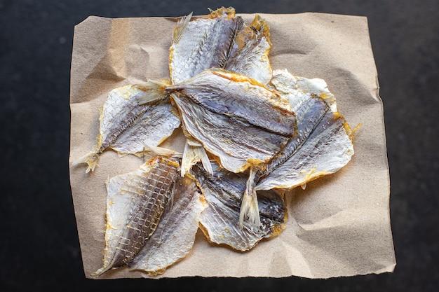 Solone małe ryby suszone suszone na słońcu lub wędzone przekąska przekąska na stole skopiuj miejsce na jedzenie
