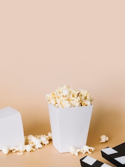 Solone pudełko popcornu na stole