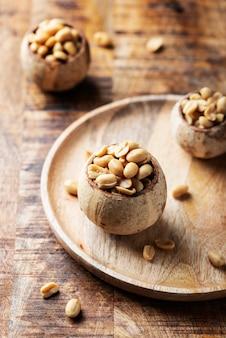 Solony arachid na drewnianym stole
