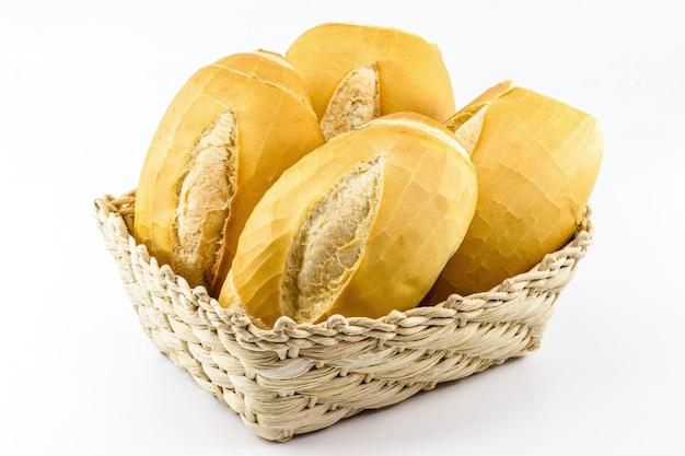Solony chleb z brazylijskiej piekarni, zwany chlebem francuskim w koszu, z białym tłem i miejscem na kopię