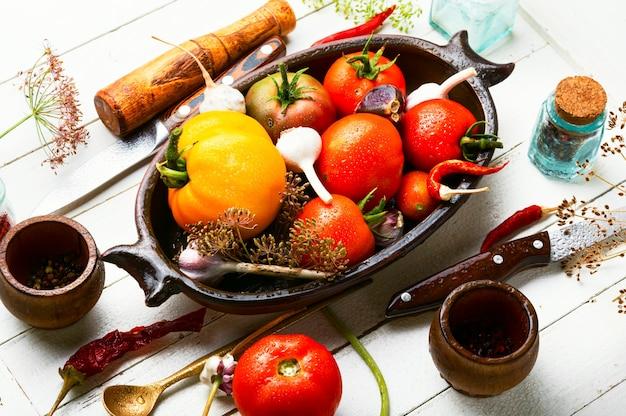 Solony domowy pomidor.proces gotowania.pomidor w puszkach.marynowane warzywa.przygotowanie do marynowania pomidorów