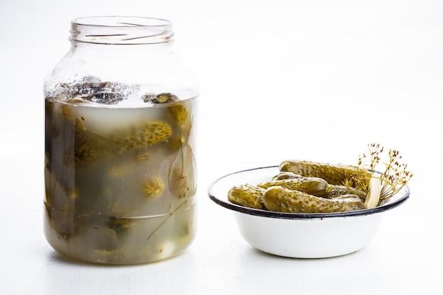 Solony ogórek w metalowej misce na stole