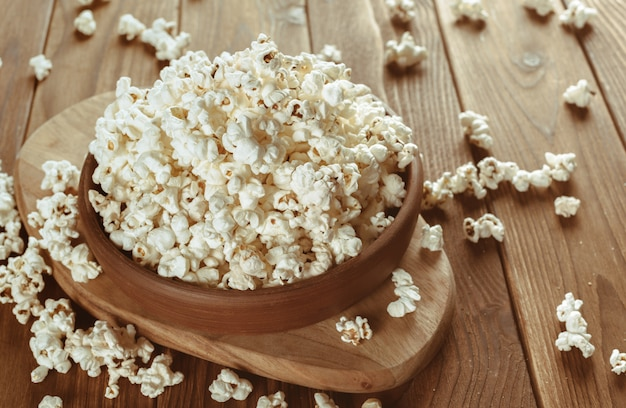 Solony popcorn na drewnianym stole