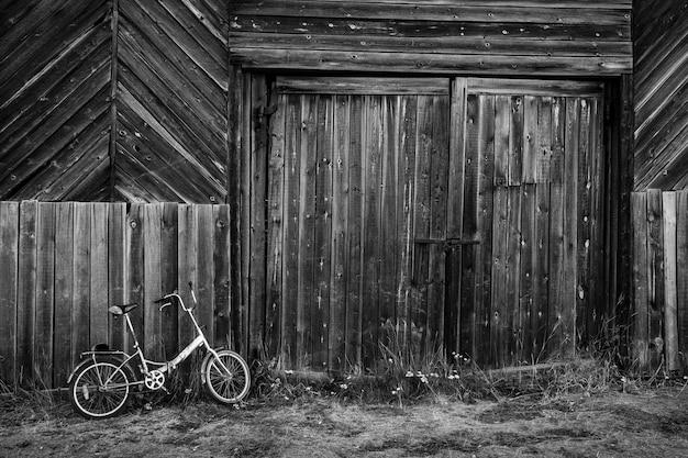 Solovki, republika karelii, federacja rosyjska - 14 sierpnia 2018: rower stoi w pobliżu starej drewnianej stodole.