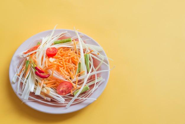 Som tam typowe salat w tajlandii (wegetariańskie jedzenie)