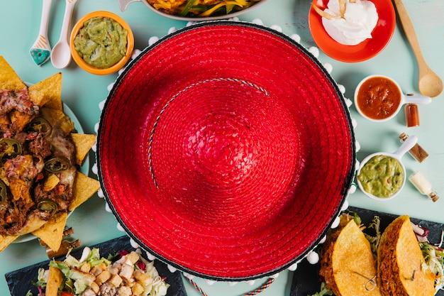 Sombrero pośród meksykańskiego jedzenia