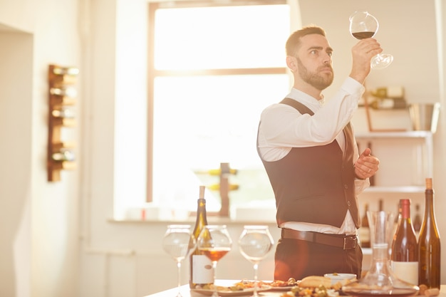 Sommelier oceniający wino