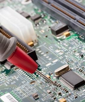 Sonda multimetru cyfrowego analizującego obwód elektroniczny