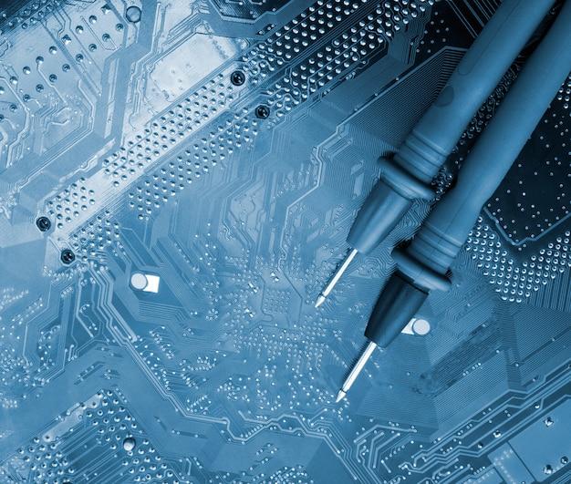 Sondy multimetru cyfrowego na obwodach elektronicznych. stonowany na niebiesko