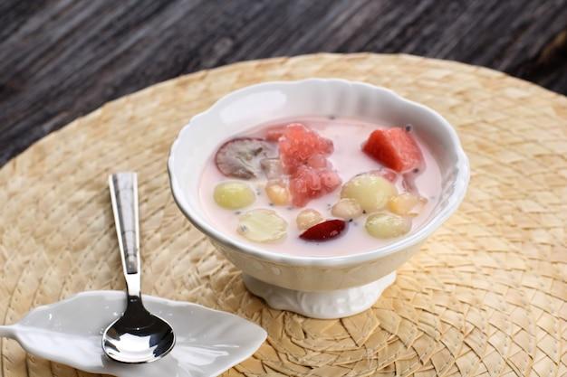Sop buah lub es buah hongkong lub ximilu to mieszanka owocowa z kokosem lub syropem zwykłym, podawana z ogolonym lodem i mlekiem skondensowanym, aby dodać kremowy słodzony, popularny w buka puasa (śniadanie)