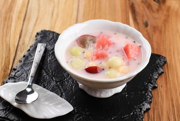 Sop buah lub es buah to mieszanka owocowa z kokosem lub prostym syropem, podawana z ogolonym lodem i mlekiem skondensowanym, aby dodać kremowy słodzony, popularny w buka puasa (przełamywanie postu)