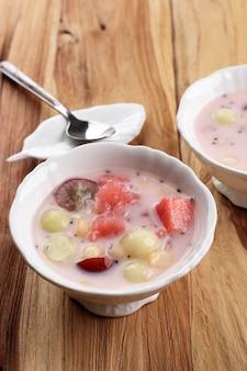 Sop buah lub es buah to mieszanka owocowa z kokosem lub syropem prostym, podawana z ogolonym lodem i mlekiem skondensowanym, aby dodać kremowy słodzony, popularny w buka puasa (śniadanie)