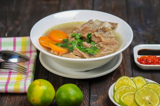 Sop kambing lub soup goat to danie z młodego mięsa koziego