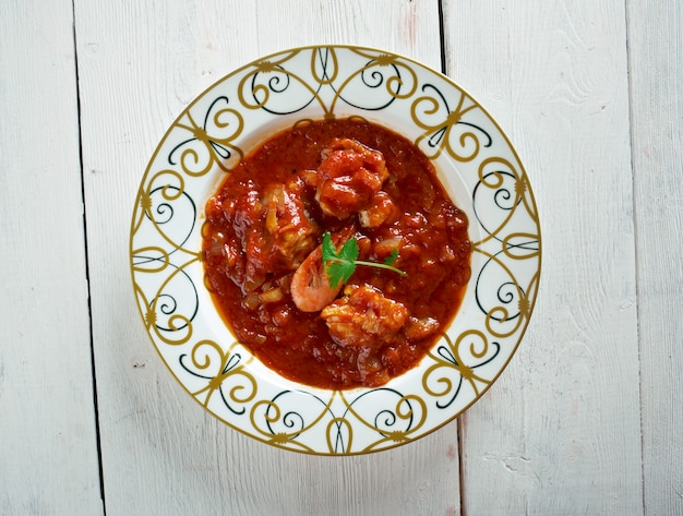 Sopa de peixe com tomate. zupa rybna z hart's. portugalskie jedzenie. selektywna ostrość.