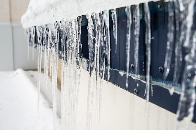 Sople na budynku w zimie w sierra nevada