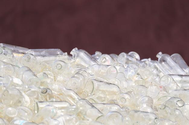 Sortowane szklane butelki gotowe do recyklingu