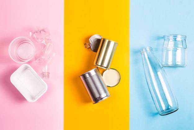Sortowanie odpadów domowych do recyklingu. koncepcja ochrony środowiska