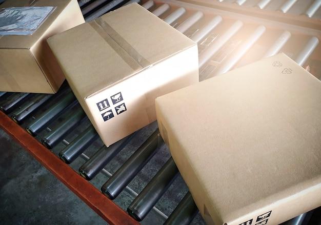 Sortowanie pudełek na taśmie przenośnika pudełka na paczki dystrybucja przesyłek magazyn
