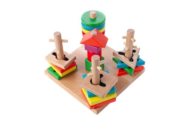 Sortownik abstrakcyjnych i geometrycznych kształtów. materiał to drewno. zabawka edukacyjna montessori. białe tło. zbliżenie.