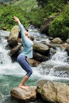 Sorty pasuje kobieta robi joga asana utkatasana