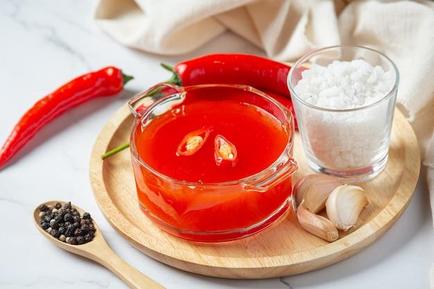 Sos chili i papryka na białej powierzchni