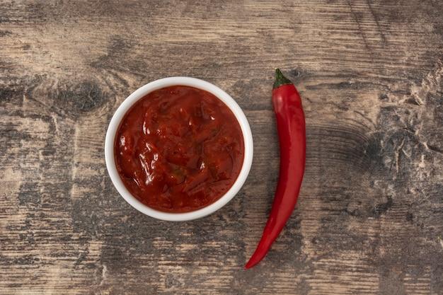 Sos chili na drewnianym stole