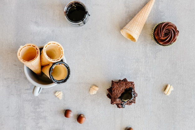 Sos czekoladowy na szyszkach i babeczkach